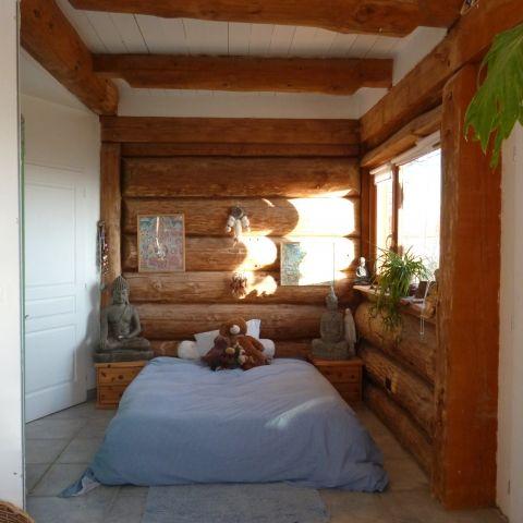 La chambre en bois rond bruns
