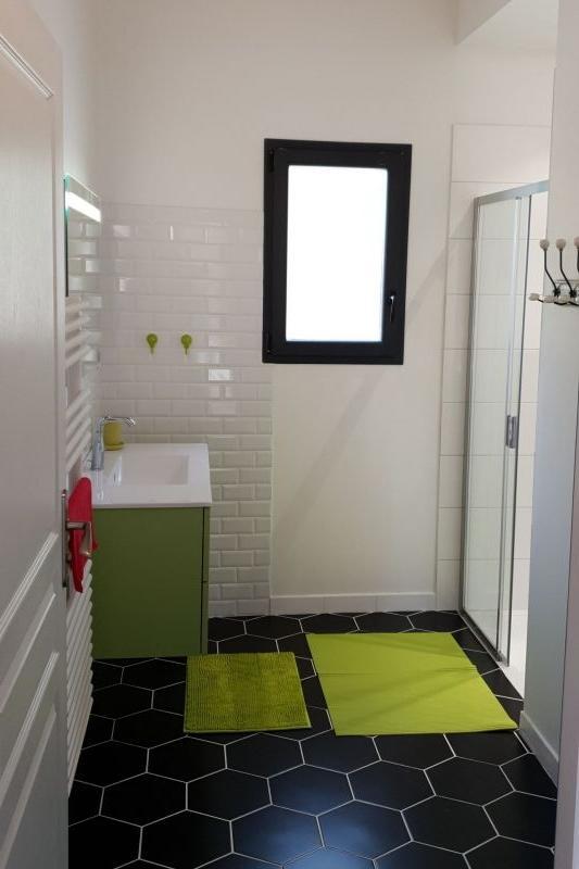 La salle de bain avec grande douche