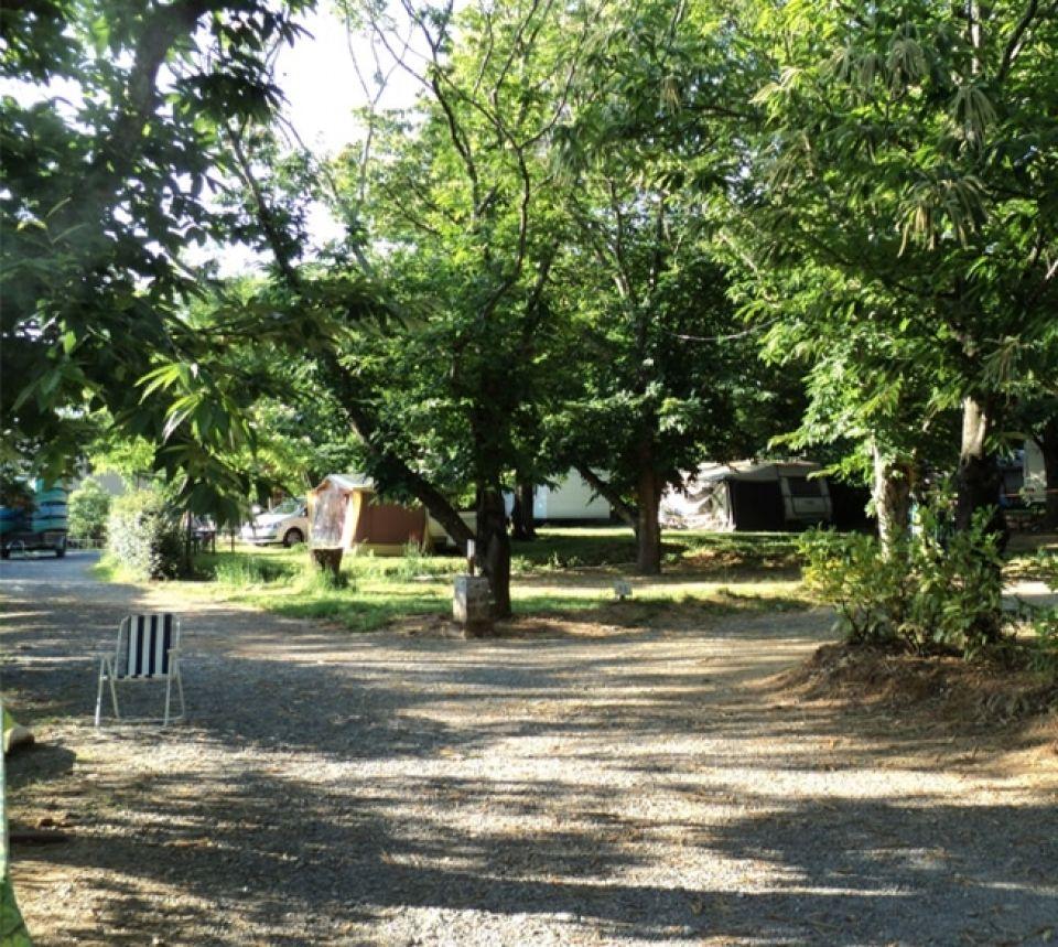 Les emplacements au Camping le Vieux Moulin proche des Vans en Ardèche