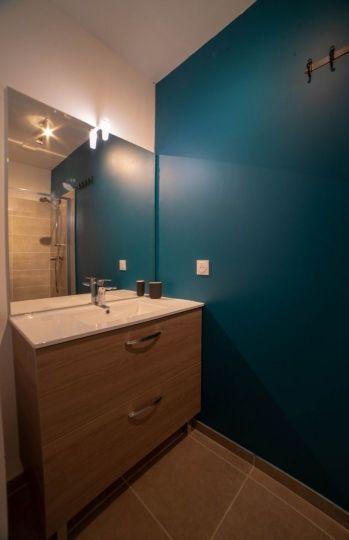 Salle de bain attenante à la chambre du haut