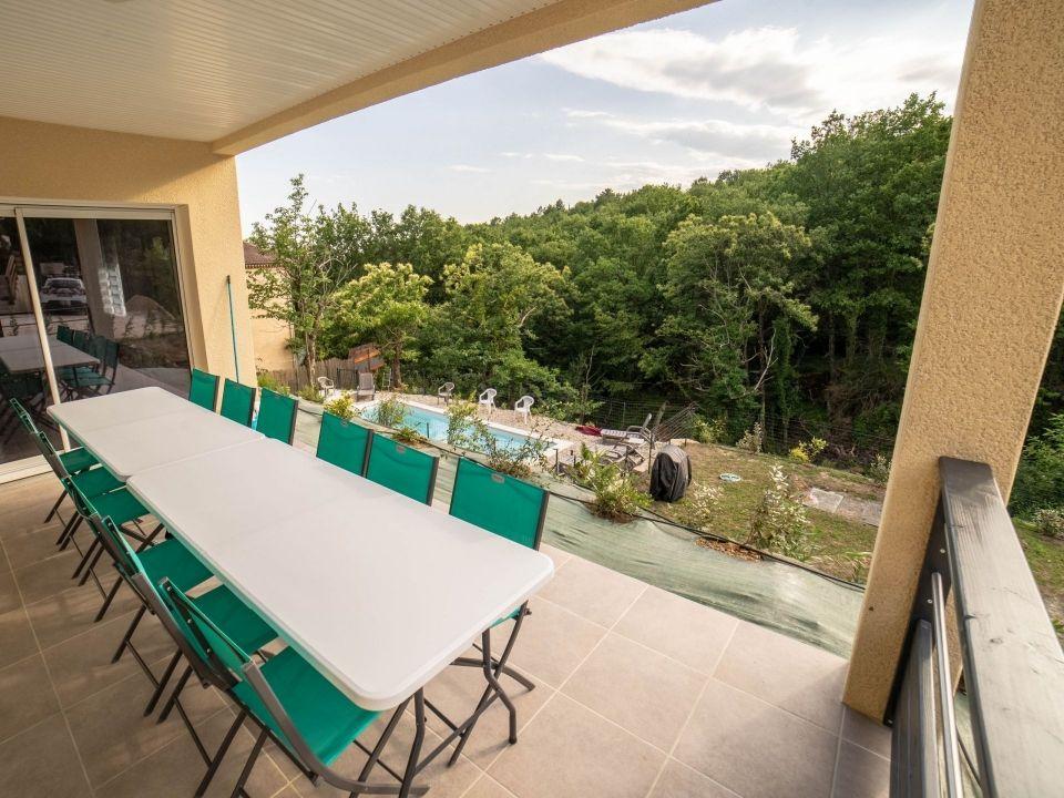 Terrasse extérieure avec vue sur la piscine