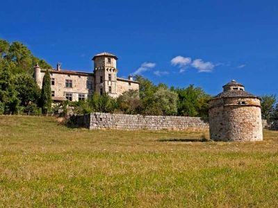 Vue du château de Versas